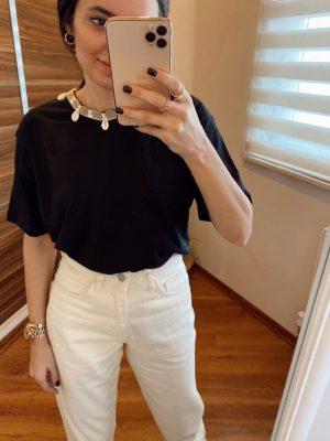 Siyah Deniz Kabuğu Aksesuarlı Tişört