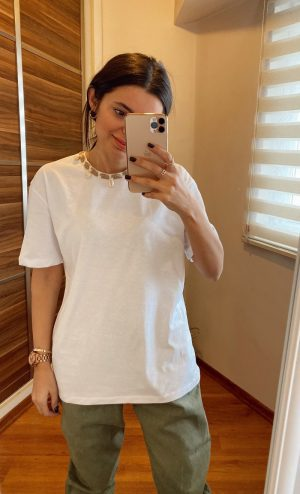 Beyaz Deniz Kabuk Aksesuarlı Tişört